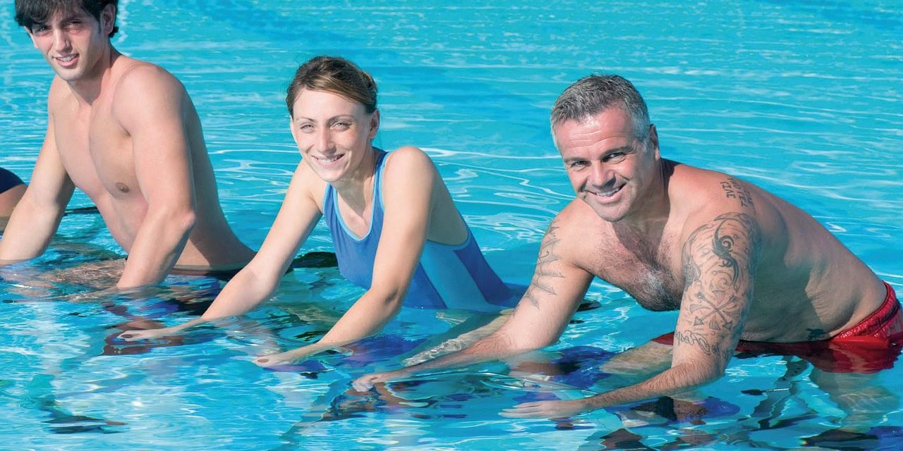 Aquabike : Comparatif cabine individuelle / Cours collectif en piscine